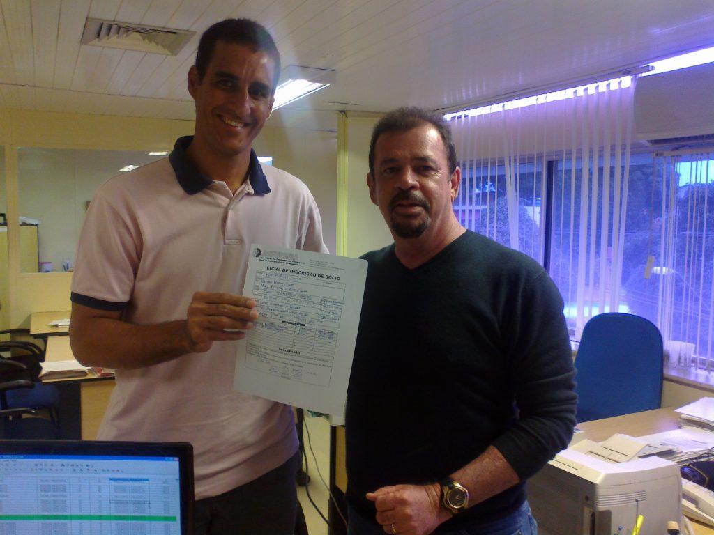 Presidente da ASFUPEMA Roberto Castro Gomes recebendo das mãos do servidor Rodolfo Alves Santos a ficha preenchida de inscrição de novo sócio.